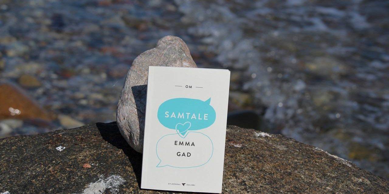 Emma Gad holder stadig – Om samtalens kunst